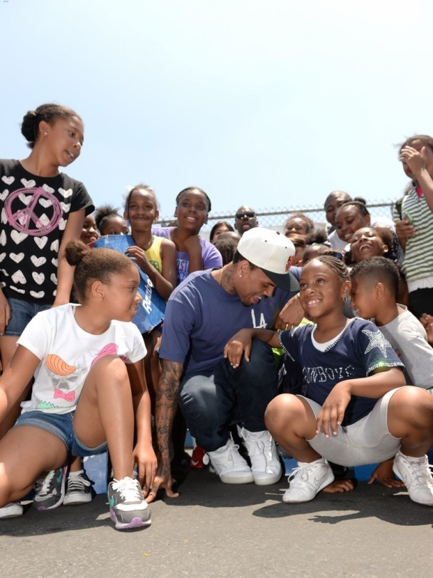 chris-brown-walk-everywhere-in-unity-shoes-event-12