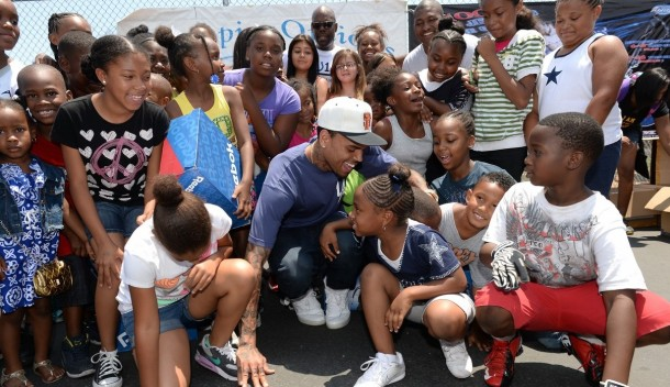 chris-brown-walk-everywhere-in-unity-shoes-event-14