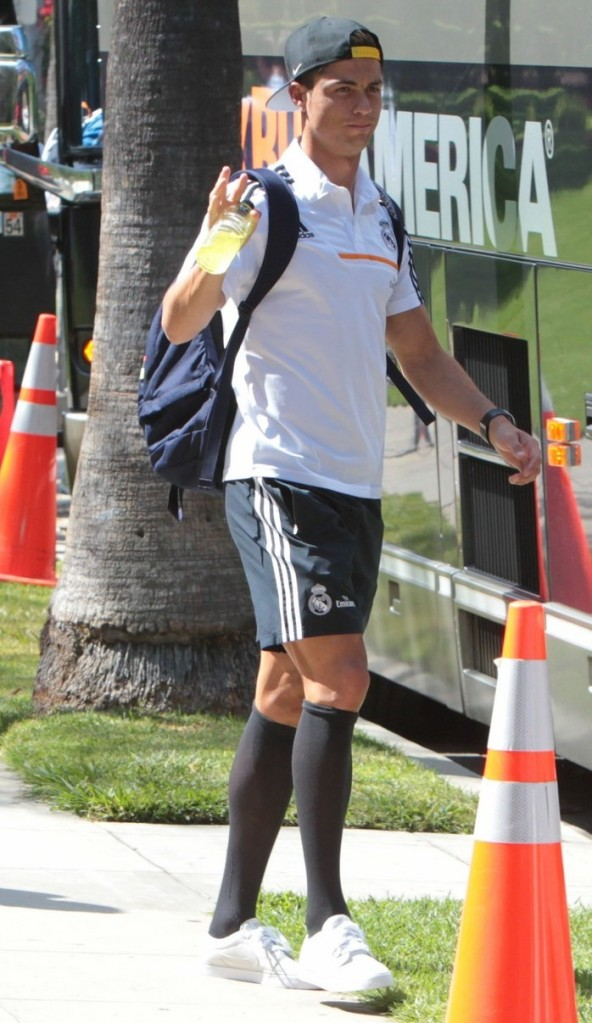 cristiano-ronaldo-sports-knee-high-socks-for-hotel-exit-01
